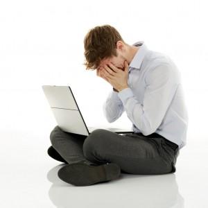 laptop na kolanach u mężczyzny