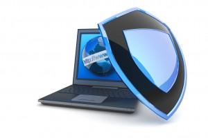 laptop i tarcza antywirusowa na białym tle