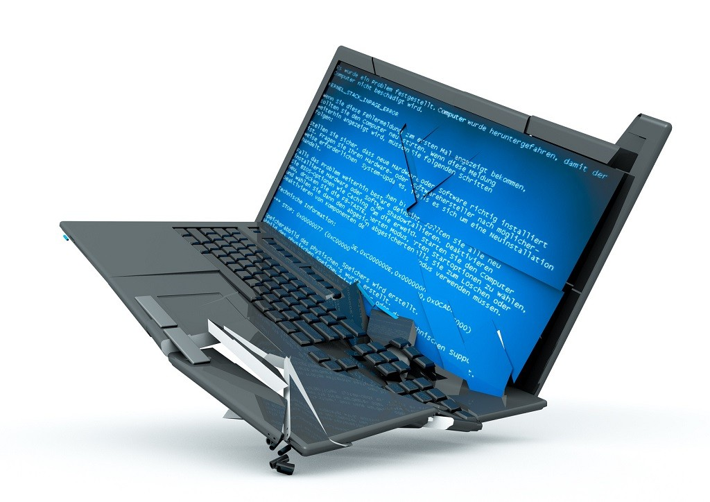 roztrzaskany laptop na białym tle