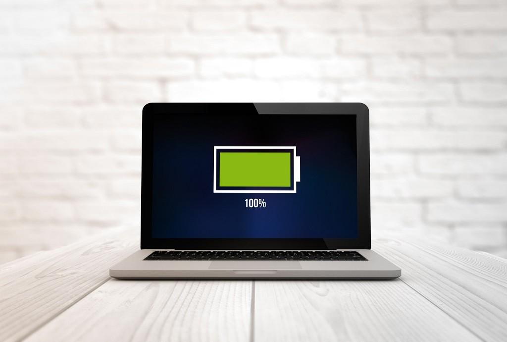 laptop z naładowaną na 100% baterią