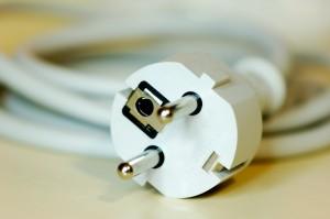 wtyczka i kabel leżące na stole